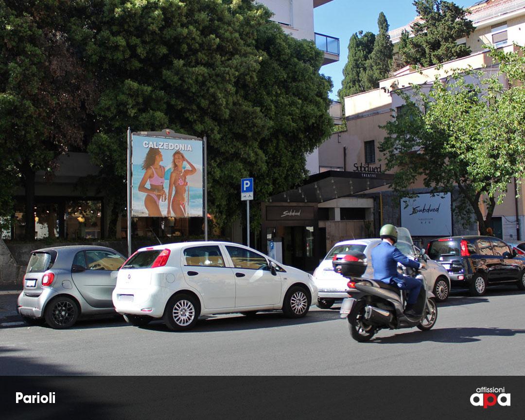 Affissione APA 2x2 su Via Stoppani, nel quartiere Parioli di Roma, con pubblicità di Calzedonia.