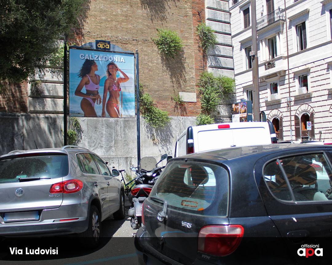 Pubblicità di Calzedonia su Affissione APA 2x2 nel centro di Roma, su Via Ludovisi.