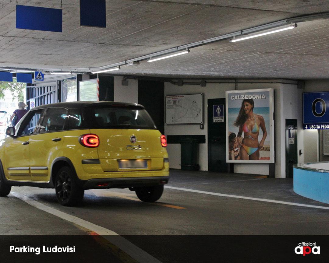 Affissione Luminosa di 140 x 200 cm all'interno del parcheggio di Via Ludovisi, con la pubblicità di Calzedonia.