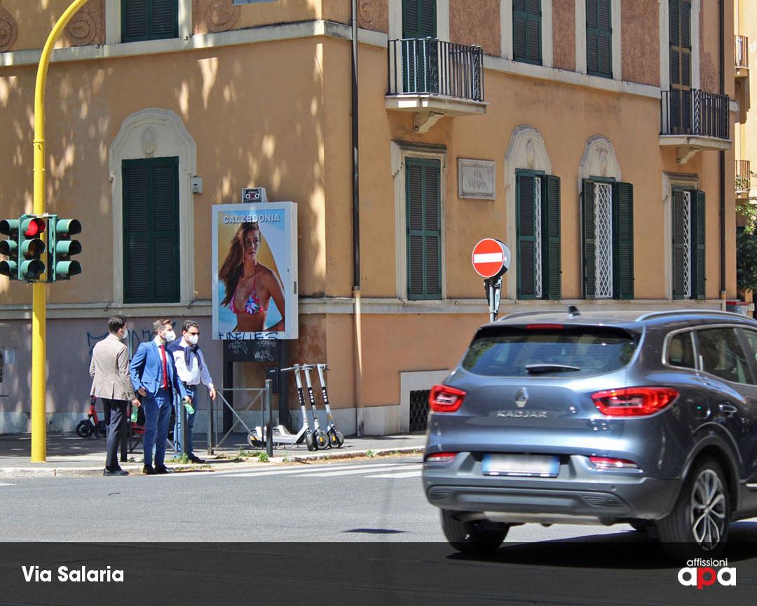 Affissione luminosa di APA su Via Salaria a Roma, con la pubblicità di Calzedonia.