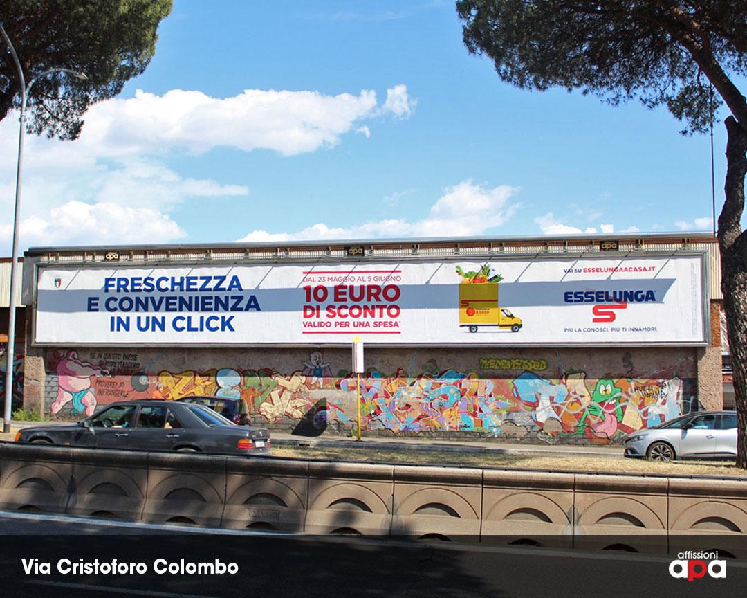 La maxi affissione illuminata di Via Cristoforo Colombo, con la pubblicità di Esselunga.