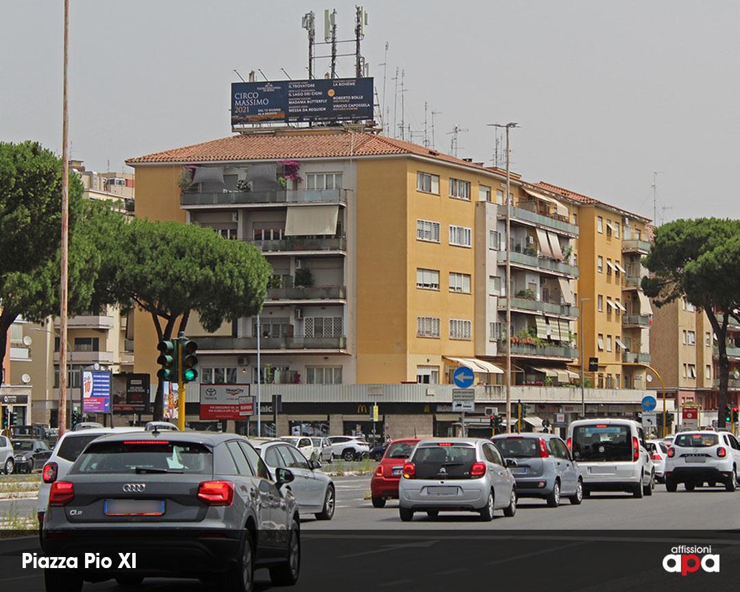 La maxi affissione illuminata di Piazza Pio XI, con la pubblicità del Teatro dell'Opera.