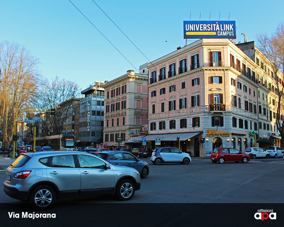 La maxi affissione illuminata di Piazza Ungheria, con la pubblicità di Cepu.