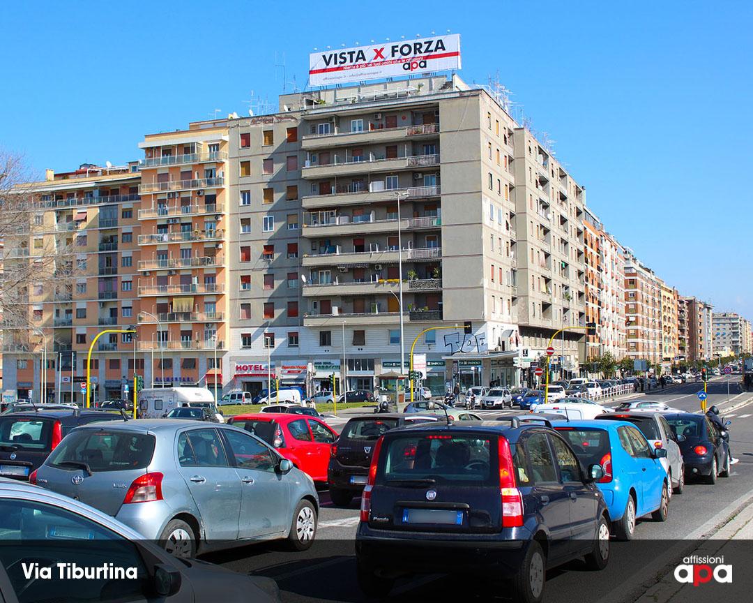 """La maxi affissione illuminata di Via Tiburtina, visibile anche dalla Tangenziale, con la pubblicità di APA """"Vista x Forza""""."""